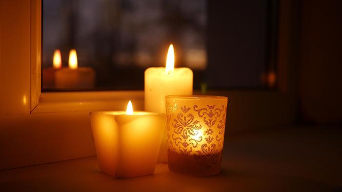 Des bougies à la fenêtre